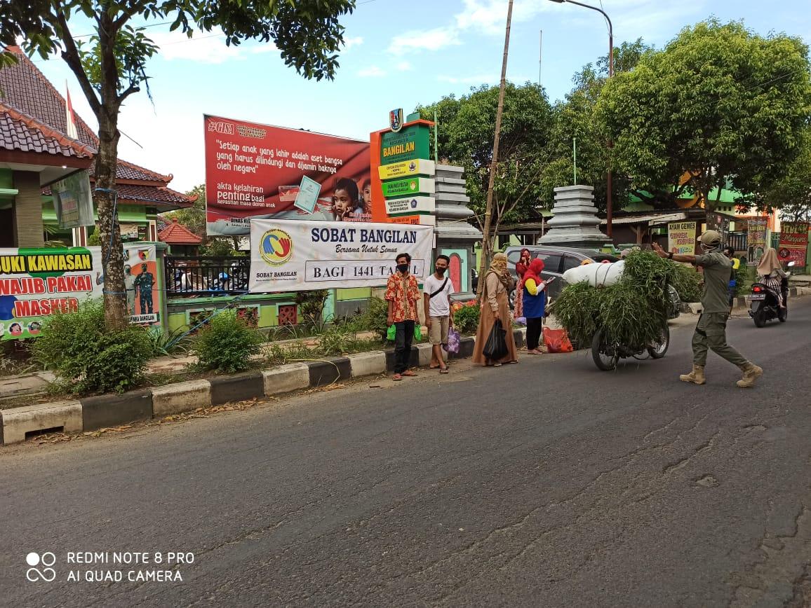 Guyup Rukun, Sobat Bangilan dan Warga Bangilan Bagi Takjil Ke Pengendara