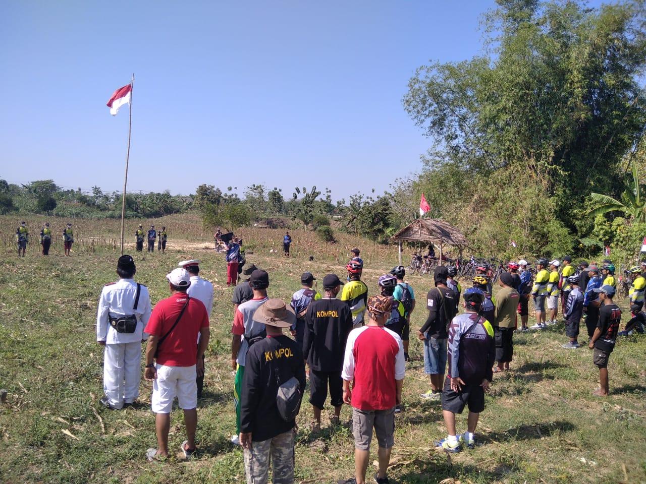 Meriahkan Kemerdekaan Klub Sepeda SBS Upacara di Ladang