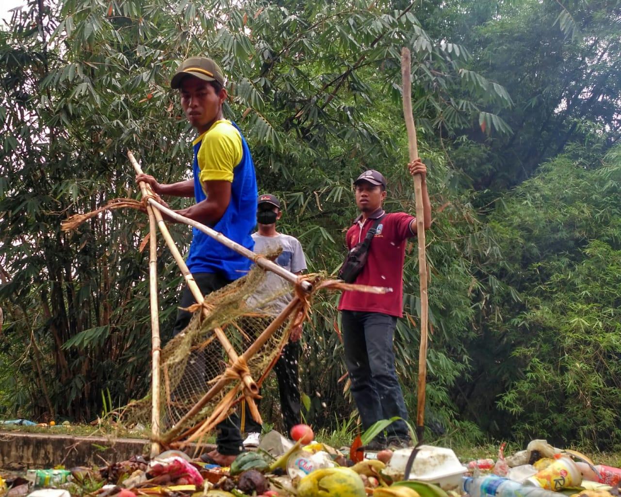 Gotong Royong Bersihkan DAM Brubul dan Jembatan Sambong Lombok
